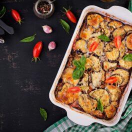 Mâncare de vinete la cuptor cu mozzarela și sos de roșii cu usturoi, gata de servit