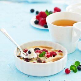 Desert Zabaione servit în bol ceramic, alături de o ceașcă cu ceai