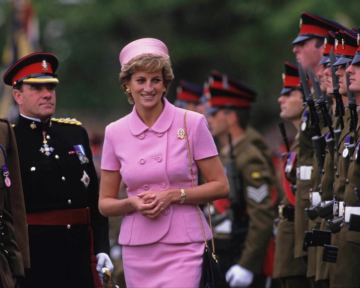 Prințesa Diana îmbrăcată într-un costum roz, în mijlocul unui batalion