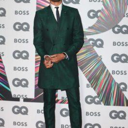 Regé-Jean Page într-un costum verde smarald în timp ce pozează pe covorul roșu la British GQ Men of the Year Awards 2021