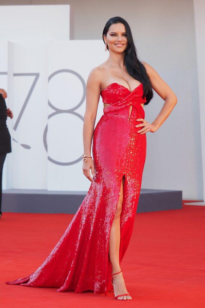 Adriana Lima a purtat o rochie roșie cu paiete, mulată și a atras privirile tuturor pe covorul roșu la FEstivalul de Film de la Veneția