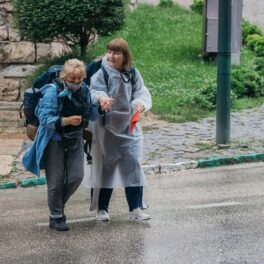 Anca Ungureanu în pelerină de ploaie și fiica sa, Alexandra Ungureanu, fiind femeile puternice care participă la Asia Express