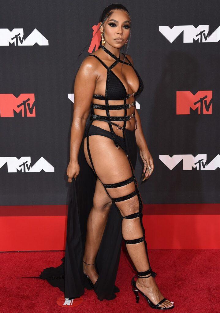 Ashanti pe covorul roșu purtând ținutele extravagante de la MTV VMA 2021