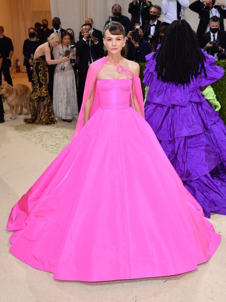 Carey Mulligan a strălucit la Met Gala 2021 într-o rochie roz care a fost creată în 430 de ore