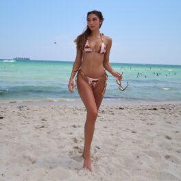 Chantel Jeffries într-un costum de baie minuscul în timp ce pozează pe plajă pentru rețelele de socializare