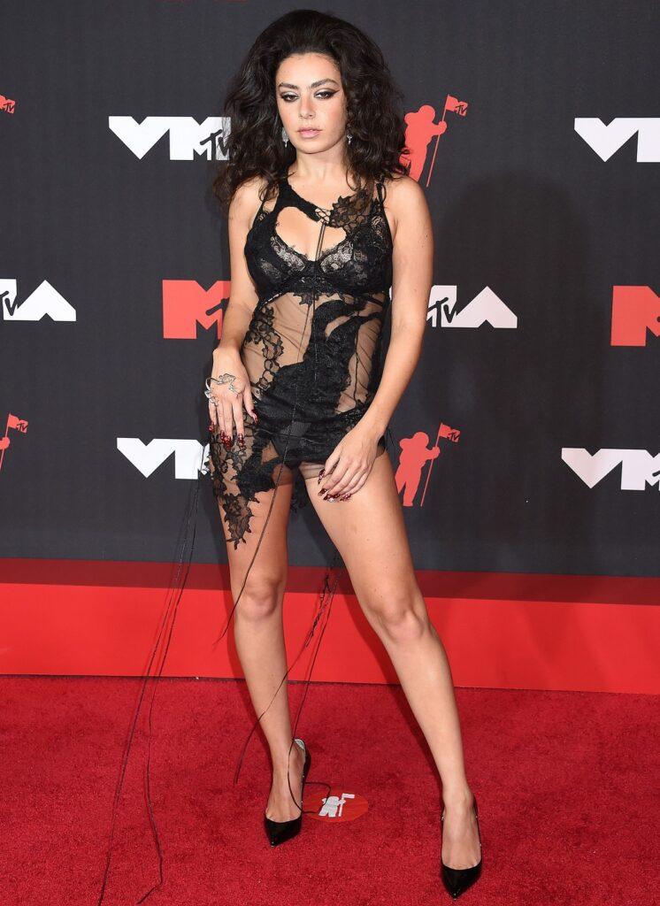 Cântăreața Charlie XCX pe covorul roșu la MTV VMA 2021 care a purtat o rochie asemănătoare cu un lenjeria intimă