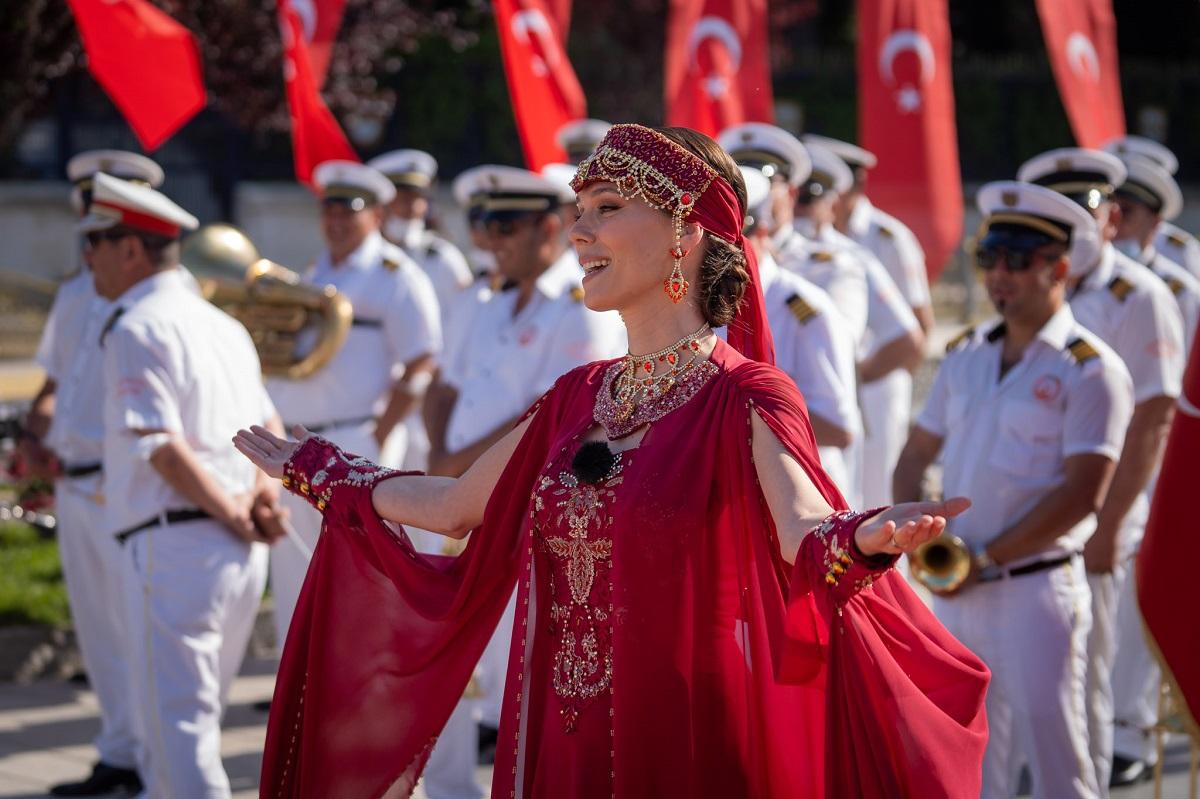 Irina Fodor, prezentatoarea emisiunii Asia Express: Drumul Împăraților în timp ce poartă un costum tradițional Turcesc