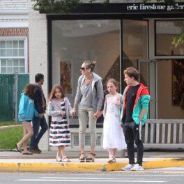 Sarah Jessica Parker alături de cei trei copii ai săi în timp ce se țin de mână pentru a traversa strada