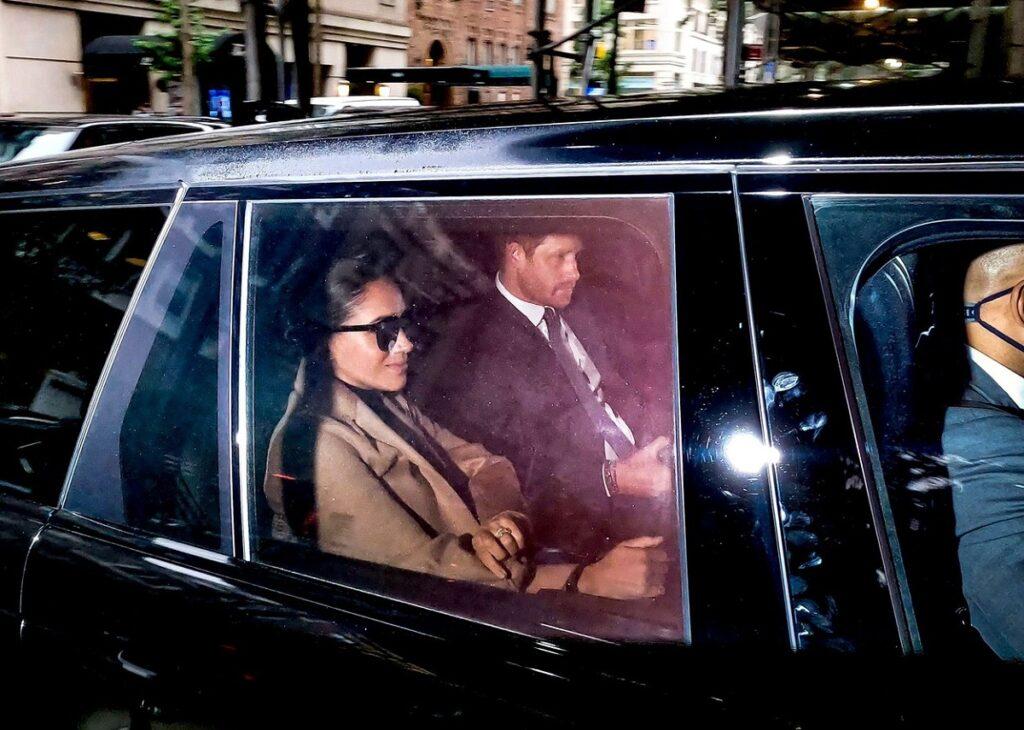 Prințul Harry și Meghan Markle în mașină după ce s-au cazat la hotelul favorit al Prințesei Diana