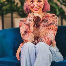 Eliza Natanticu în timp ce stă pe o canapea albastră și își sprijină mâinile cu fața la interviul pentru CaTine.ro