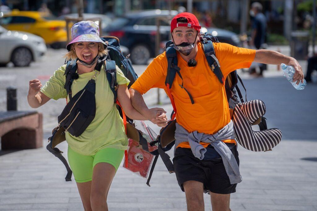 Eliza Natanticu în tricou și pantaloni scurți verzi în timp ce aleargă de mână cu soțul său, Cosmin Natanticu în competiția Asia Express: Drumul Împăraților