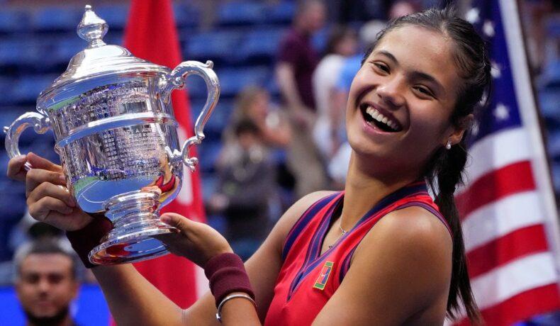 Emma Răducanu după ce a căștigat US Open 2021 în timp ce ține trofeulîn mână