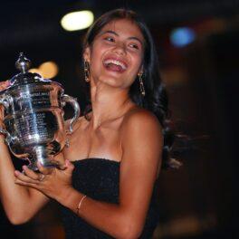 Emma Răducanu la o ședință foto după câștigarea turneului US Open 2021 cu trofeul în brațe
