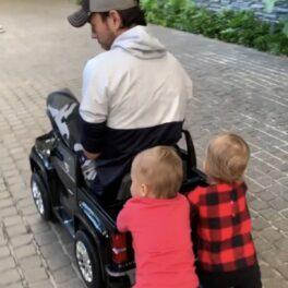 Gemenii lui Enrique Iglesias, Nicholas Iglesias și Lucy Iglesias, în timp ce îl plimbă pe cântăreț într-o mașină de jucărie neagră