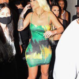 Iggy Azalea într-o rochie mulată verde în timp ce este întâmpinată de fani
