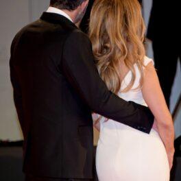 Ben Affleck și Jennifer Lopez cu spatele în timp ce pozează la FEstivalul de Film de la Veneția