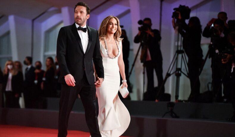 JLo și Ben Affleck în timp ce se țin de mână la Festivalul de Film de la Veneția 2021
