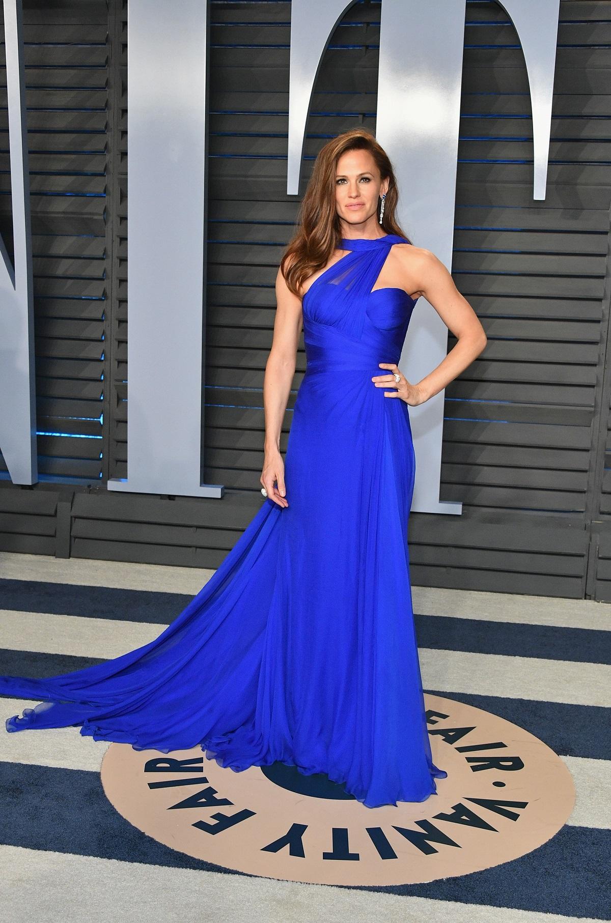 Jennifer Garner într-o rochie lungă albastră în timp ce pozează la Vanity Fair Oscar în 2018