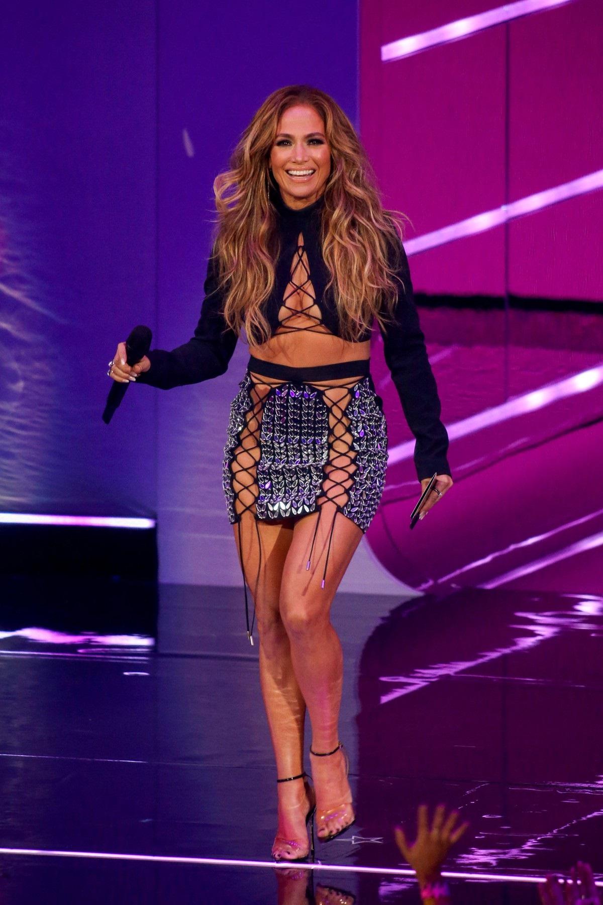 Jennifer Lopez pe scena MTV VMA 2021 purtând o ținută sexy cu o fustă scurtă fără lenjerie intimă