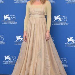 Kate Hudson într-o rochie argintie cu mâneci lungi în timp ce pozează pe covorul roșu la Festivatlul de Film de la Veneția