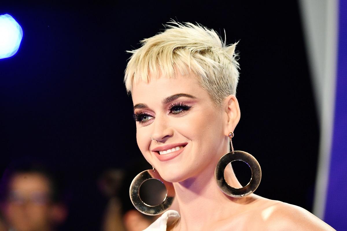 Katy Perry cu părul scurt și blond purtând o pereche de cercei la Premiile MTV din 2017
