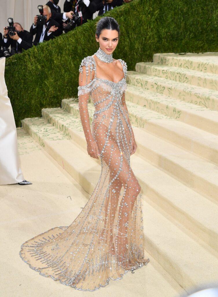 Kendall Jenner într-o rochie lungă semitransparentă pe covorul roșu la Met Gala 2021
