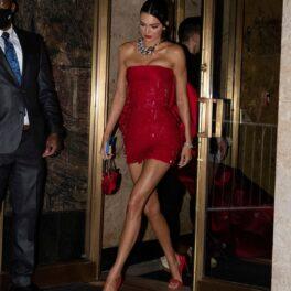 Kendall Jenner într-o rochie minnie cu paiete, roșie, în timp ce merge la petrecerea dată după evenimentul Met Gala 2021