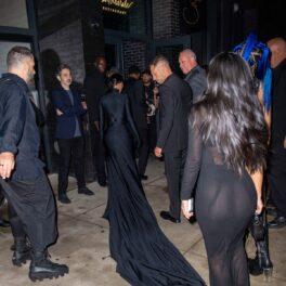 Kim Kardashian cu spatele în mulțime în timp ce se îndreaptă la petrecerea dată după Met Gala 2021