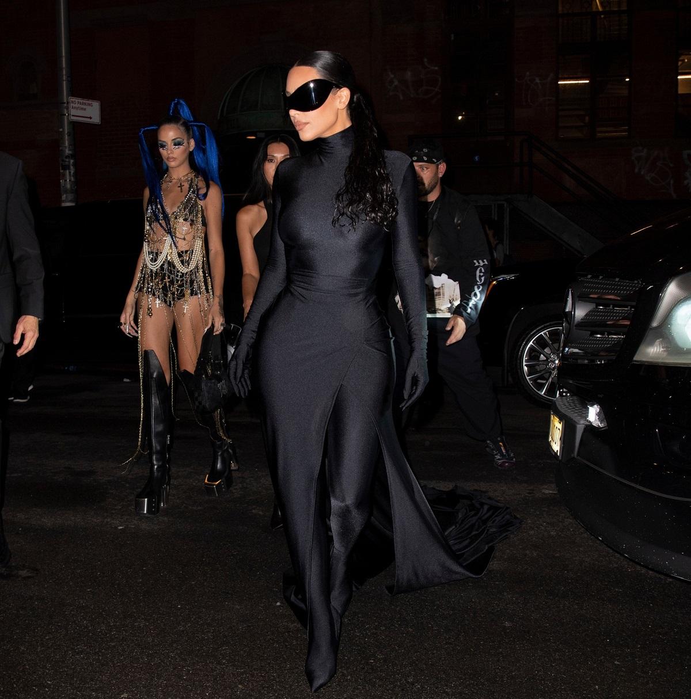 Kim Kardashian îmbrăcată într-un costum mulat negru în timp ce merge la petrecerea dată după evenimentul Met Gala 2021