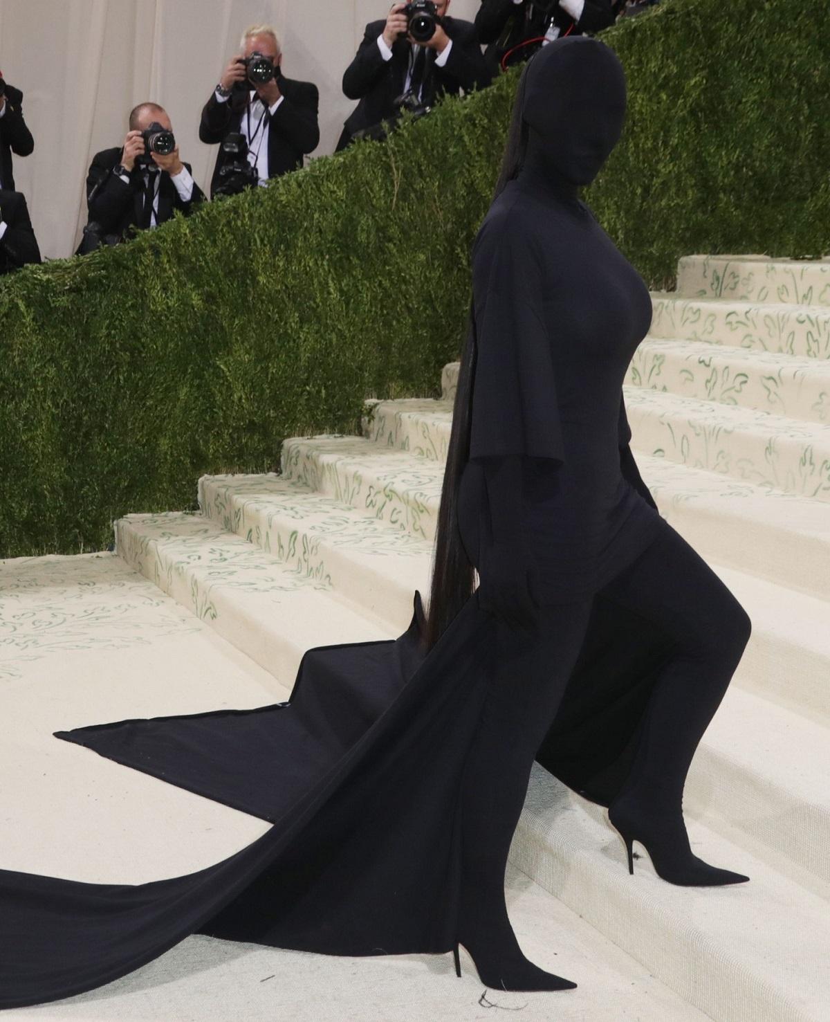 Kim Kardashian într-o ținută neagră care îi acoperă complet trupul și fața la Met Gala 2021