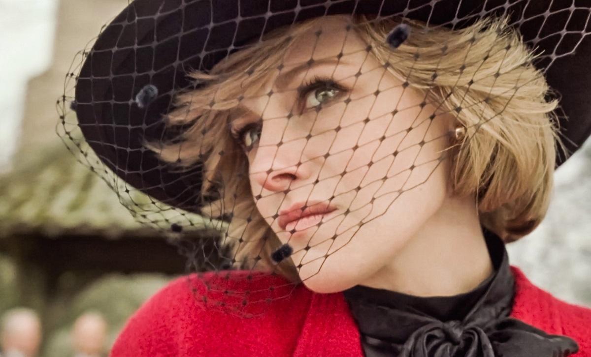 Kristen Stewart purtând o pălărie neagră după ce a acceptat rolul Prințesei Diana în filmul Spencer