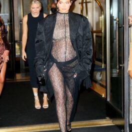 Kylie Jenner a purtat un costum transparent cu dantelă neagră și un palton negru în timp ce a mers la o întâlnire cu sora sa mai amre, Kim Kardashian