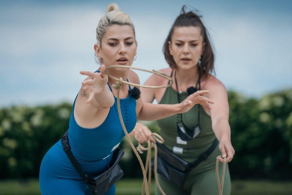 Lidia Buble în timp ce întinde un lasou alături de sora sa, Estera Buble în timpul competiției de la Asia Express: Drumul Împăraților