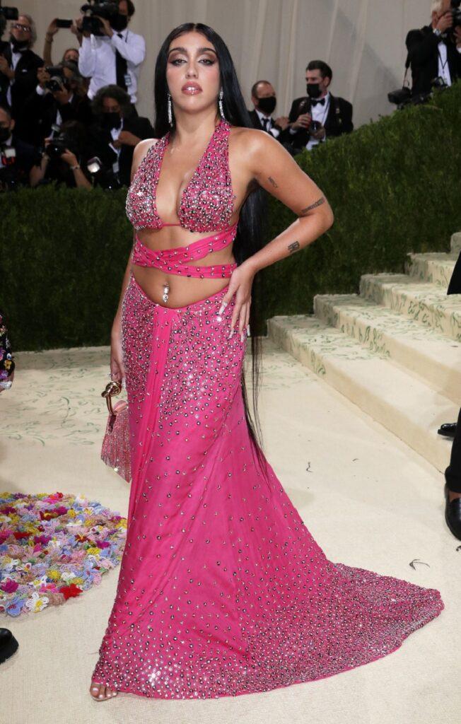 Lourdes Leon purtând o rochie roz cu trenă în timp ce ține o mână în șold și pozează la Met Gala 2021
