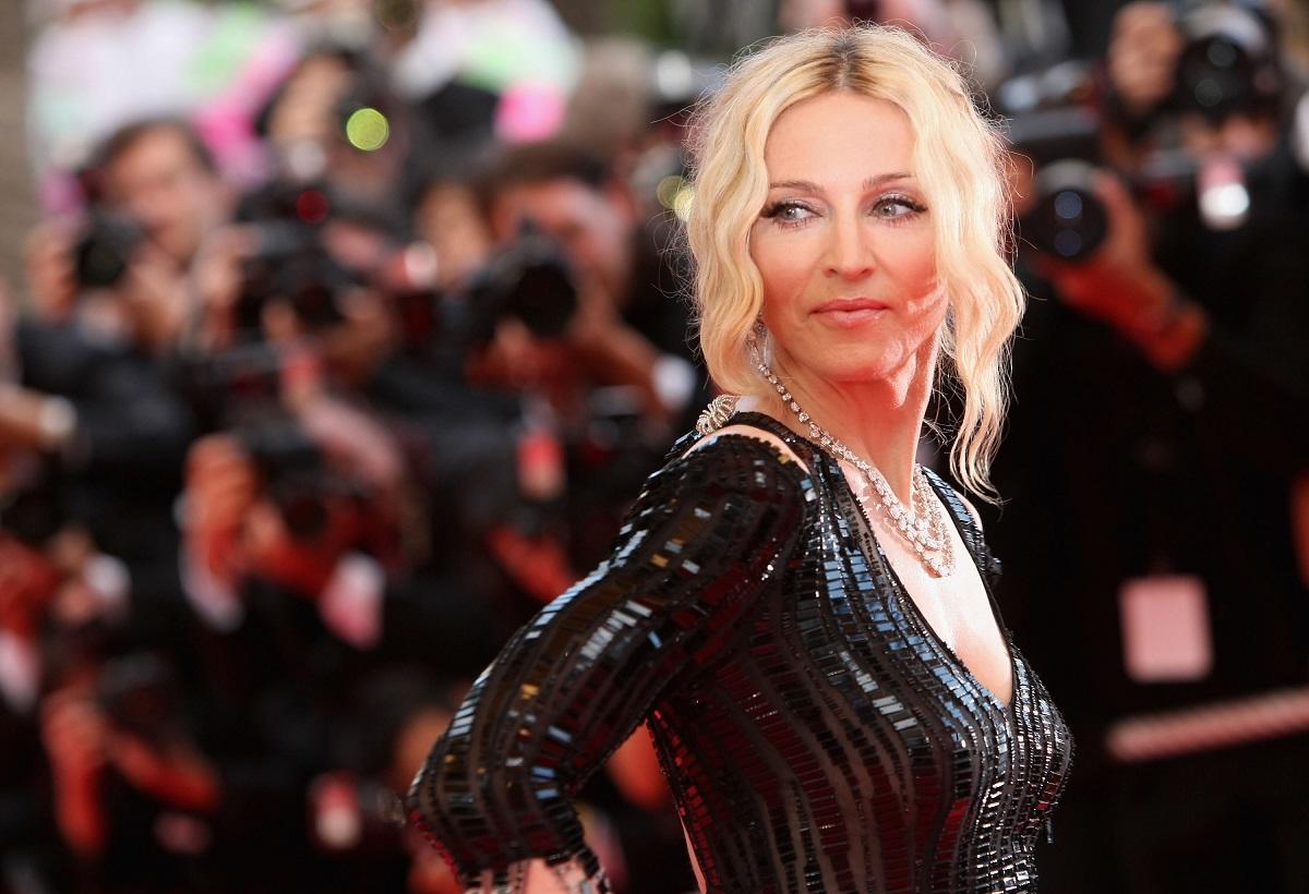 Madonna într-o rochie neagră din latex în timp ce pozează pe covorul roșu la festivalul de film de la cannes din 2008