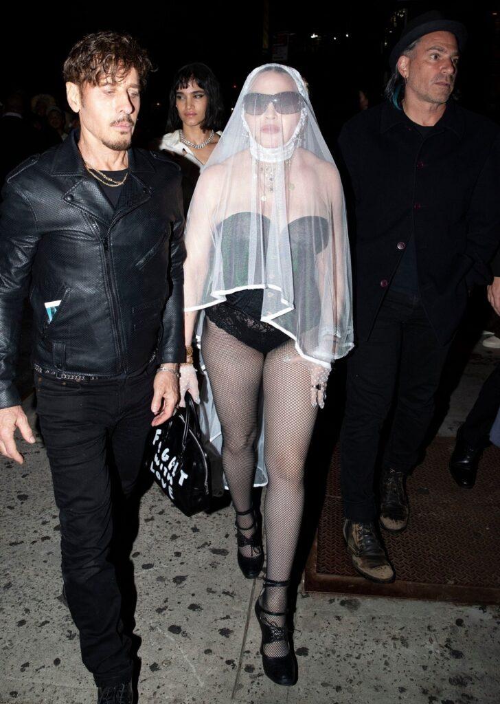 Maddona a purtat o ținută excentrică cu un body negru și un voal de mireasă la petrecerea de la MTV VMA 2021
