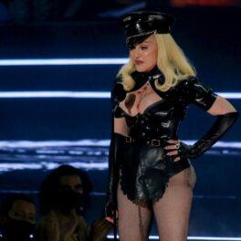 Maddona într-un body negru cu o pălărie neagră pe cap pe scena de la MTV VMA 2021