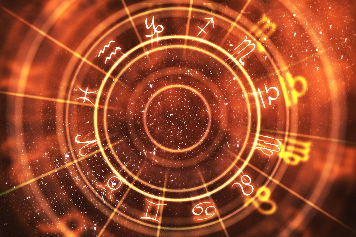 O imagine cu harta astrală și cu zodiile așezate în cerc pe un fundal roșu penru a simboliza evenimentul lui mercur retrograd din luna septembrie