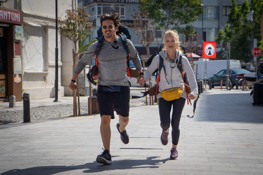 Mihai Petre de mână cu soția sa, Elwira Petre în timp ce aleargă la competiția Asia Express: Drumul Împăraților