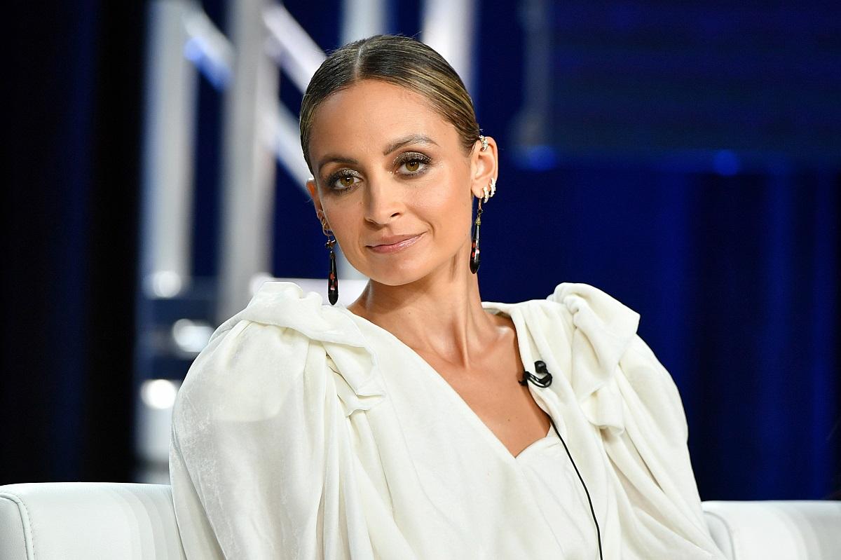 Nicole Richie într-o rochie albă cu umerii bufanți la o emisiune tv