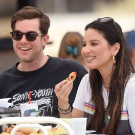 Olivia Munn alături de iubitul său John Mulaney în timp ce iau masa împreună