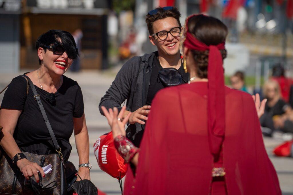 Patrizia Paglieri într-un tricou negru, alături de fiul său, Francesco Paglieri în timpul competiției Asia Express: Drumul Împăraților