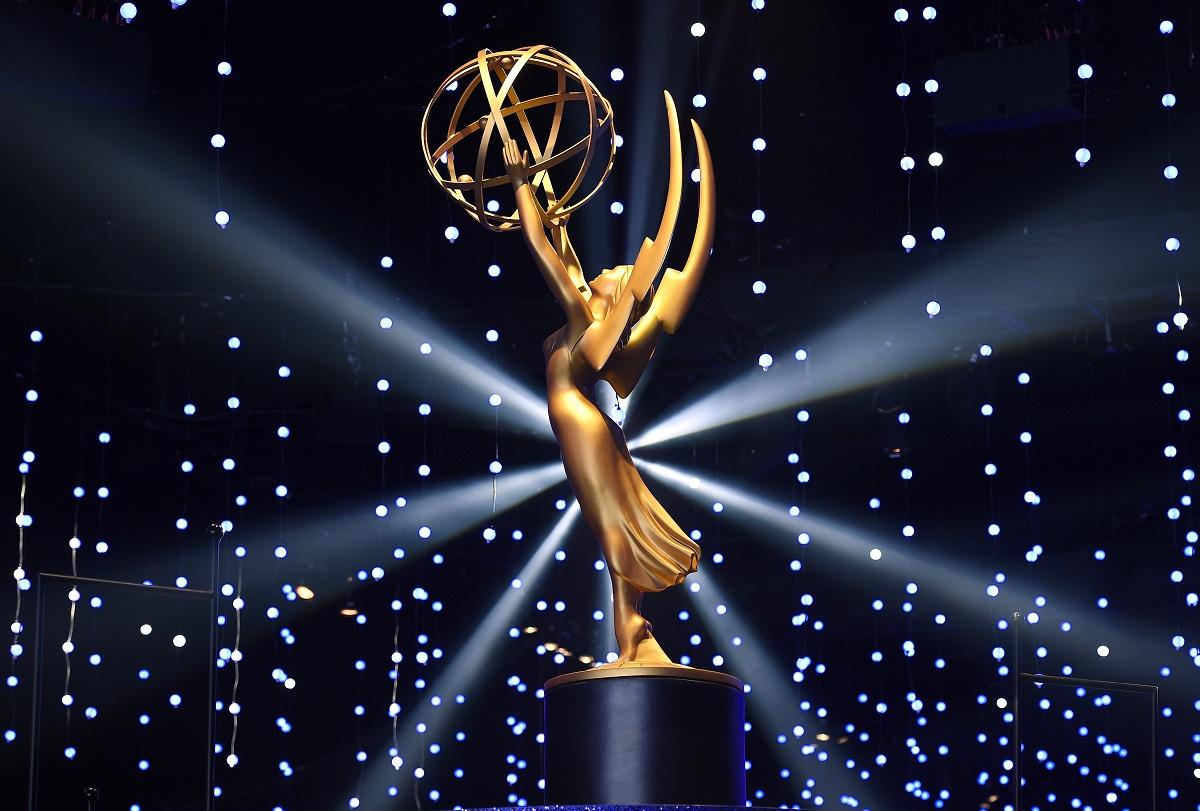 Trofeul auriu oferit pentru Premiile Emyy 2021 pe un fundal albastru cu lumini după ce a apărut lista completă a câștigătorilor