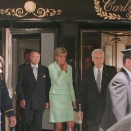 Prințesa Diana într-un costum verde în timp ce se află în fața unui hotel din New York