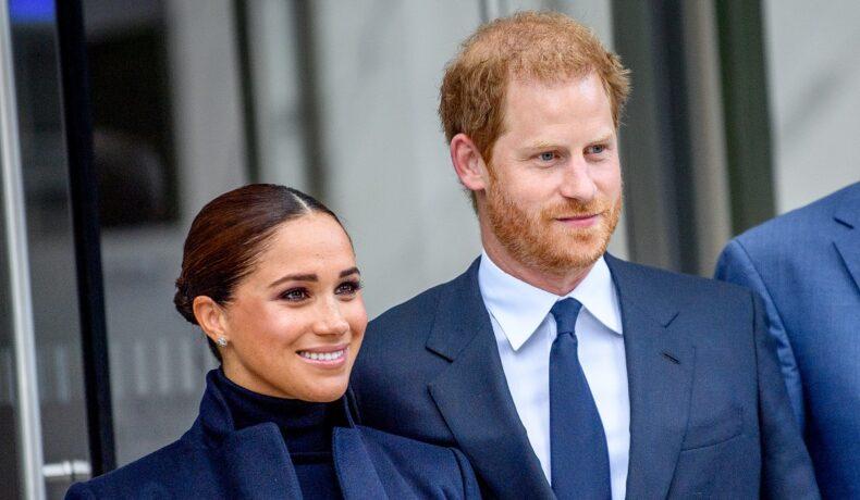 Meghan Markle la costum albastru alături de Prințul Harry în timp ce se află în New York