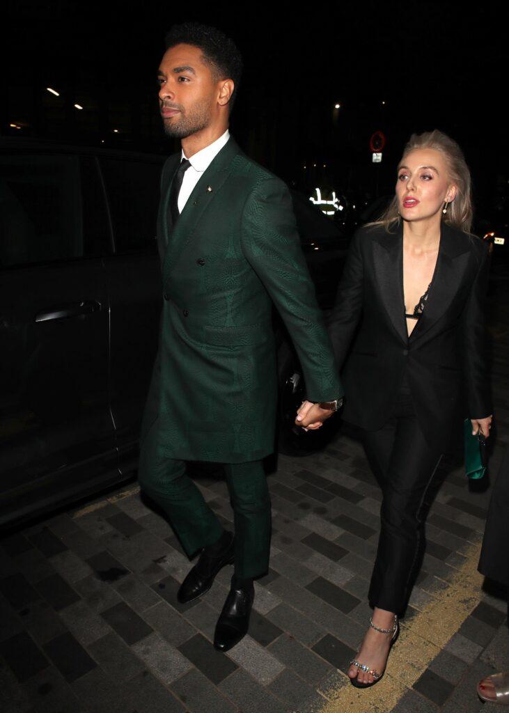 Regé-Jean Page îmbrăcat la un costum verde smarald care a avut o apariție impecabilă alături de iubita sa Emily Brown care poartă un costum negru