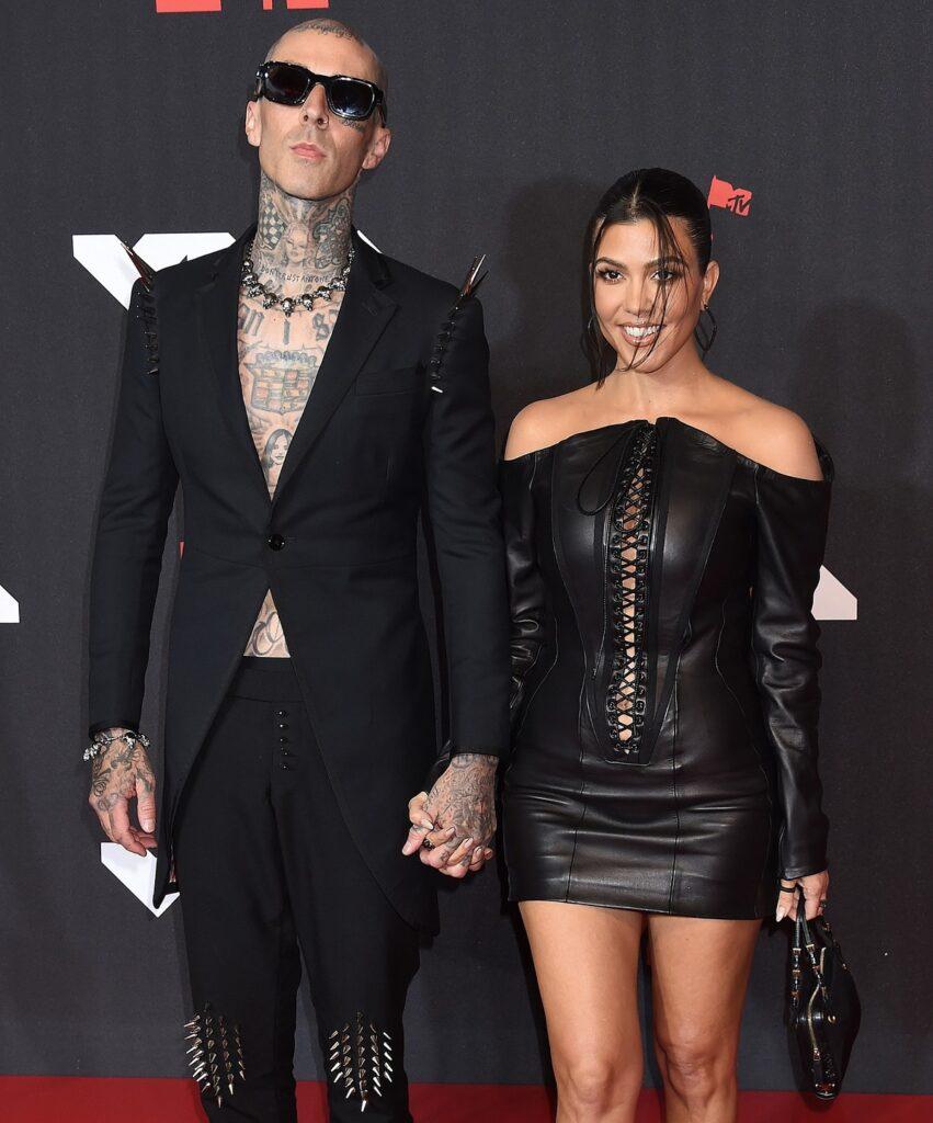 Travis Barker și iubita sa Kourtney Kardashin pe covorul roșu cu ținutele extravagante MTV VMA 2021