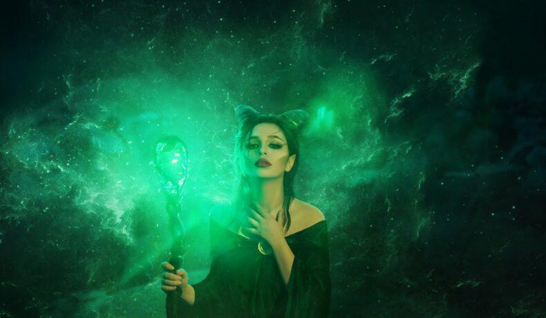 O femeie frumoasă care ține în mână un toiag cu un safir din care este emanată o lumină verde în timp ce le reprezintă pe acele zodii ghinioniste în ziua de 26 septembrie 2021