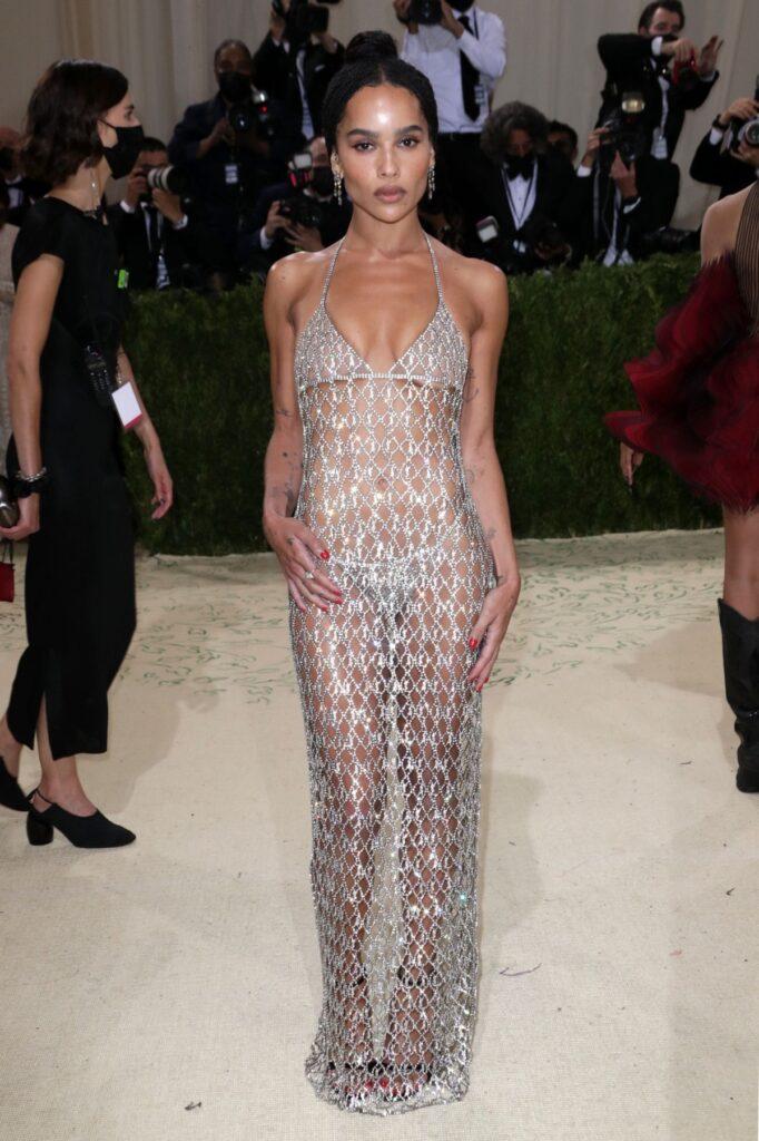 Zoe Kravitz într-o rochie mulată semitransparentă argintie purând una din ținutele creative de la Met Gala 2021