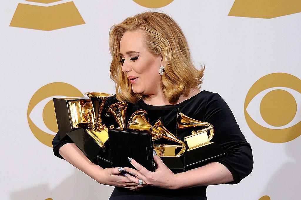 Adele cu mai multe trofee în brațe, la Premiile Grammy în 2012